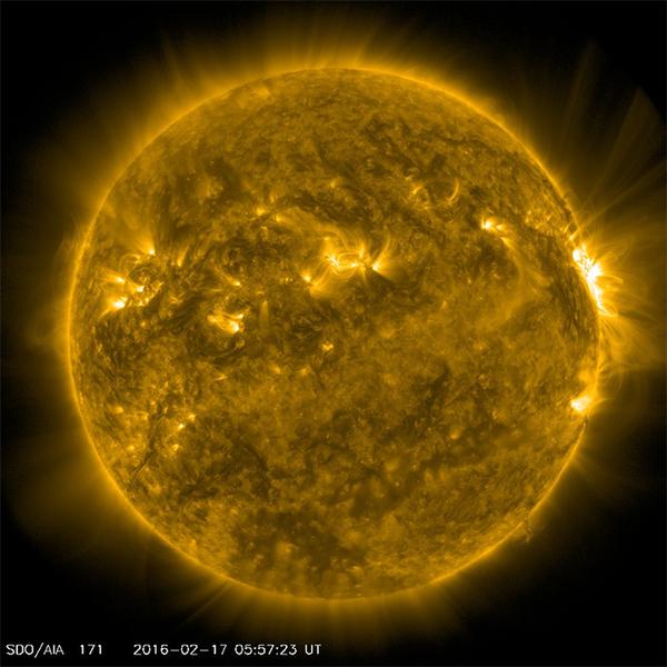 وعلى سبيل المقارنة إلى الصورة المركّبة، هذه صورة رصد واحدة خام من SDO كما التقطت في وقت سابق من يوم 18 فبراير/شباط 2016 المصدر: NASA Goddard Space Flight Center Flickr.