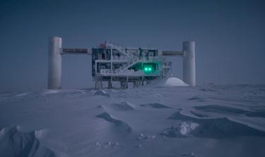 مختبر مكعب الثلج (The Ice Cube) مضاء بنور القمر. حقوق الصورة: ايمانويل ياكوبي، مؤسسة العلوم الوطنية الأمريكية - Emanuel Jacobi, NSF.