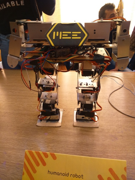الطالب محمد بدور والطالب محمد رجب صمما humanoid robot روبوتاً يحاكي الحركات المعقدة لساقي البشر في المشي والانحناء والمحافظة على  التوازن