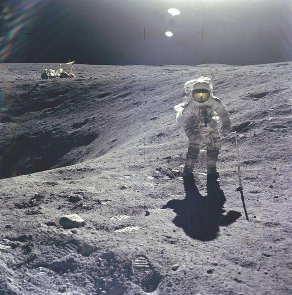 أصبح تشارلي ديوك Charlie Duke أصغر شخص يسير على القمر خلال مهمة أبولو 16. حقوق الصورة: ناسا