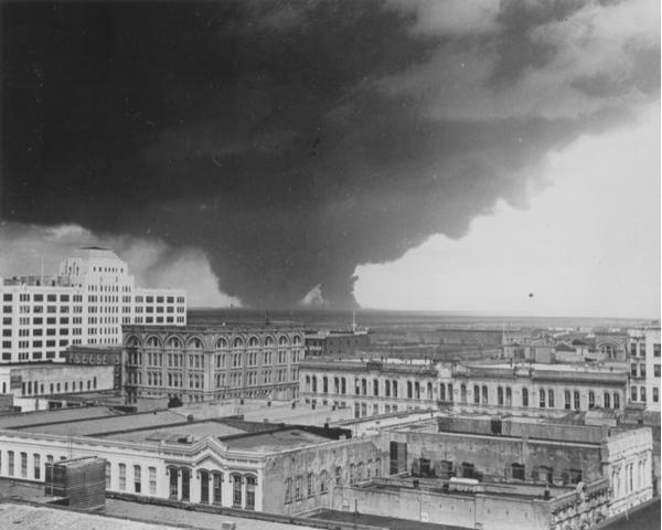 صور للدخان الناتج عن كارثة مدينة تكساس عام 1947. حقوق الصورة: University of North Texas