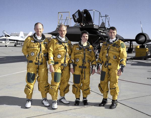 صورة لطياري طائرة SR-71 الثلاثية التي تفوق سرعة الصوت، ويتشكل الطاقم من كل من (من اليسار إلى اليمين) روجرز سميث Rogers Smith وبوب ماير Bob Meyer ومارتا بون ماير Marta Bohn-Meyer وستيف إشمايل Steve Ishmael.