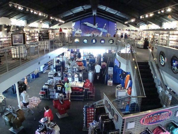 المتجر بطابقيه ومعروضاته في مركز كينيدي للفضاء. المصدر: http://images45.fotki.com/v1362/photos/6/1228846/7332765/Q29-vi.jpg