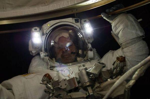 صورة: رائد الفضاء ستيڤن سوانسون أثناء عملية سير في الفضاء Spacewalk على متن محطة الفضاء الدولية، لاستبدال صندوق حاسوب تتابع احتياطي معطل في 22 إبريل/نيسان 2014.  (حقوق الصورة: NASA)