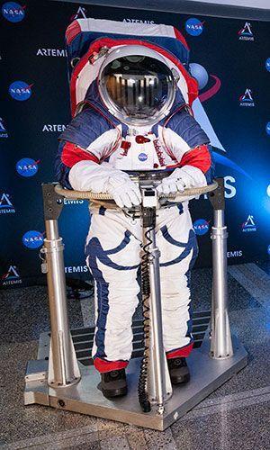 نموذج أولي لوحدة التنقل والاستكشاف خارج المركبات الفضائية التابعة لوكالة ناسا (xEMU)، وهي وحدة فضاء للبعثات المقبلة. حقوق الصورة: NASA/Joel Kowsky