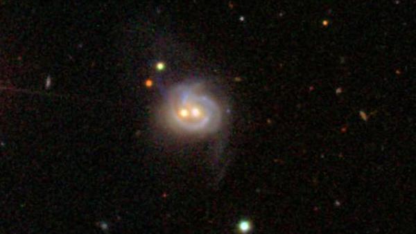 تشبه ماركانيان Markarian 739 وجهاً مبتسماً عند عرضها بالضوء المرئي. وفي داخلها يوجد ثقبان أسودان فائقا الكتلة يفصل بينهما تقريباً 11 ألف سنة ضوئية، وتبعد المجرة عن الأرض 425 مليون سنة ضوئية. Credit: Sloan Digital Sky Survey