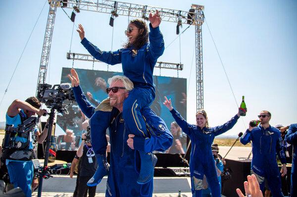 ريتشارد برانسون وهو يحمل أحد أعضاء طاقم الرحلة، سيريشا باندلا Sirisha Bandla، على كتفيه أثناء الاحتفال برحلتهم إلى الفضاء. حقوق الصورة: AP Photo/Andres Leighton