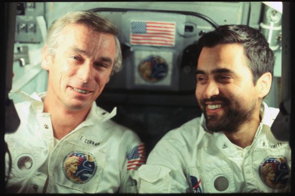 صورة تجمع بين رائد الفضاء الأمريكي المُتقاعد هاريسون شميت Harrison Schmitt ورائد الفضاء الأمريكي جين سيرنان Gene Cernan، في رحلة أبولو 17 المصدر: ناسا/مركز جونسون للفضاء