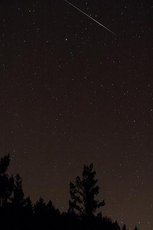 نرى في الصورة تساقط شهب الرباعيات وهي تشكل خطاً بالقرب من نجم السماك الأعزل Spica، أي النجم الساطع في كوكبة الجوزاء.  المصدر: Navicore