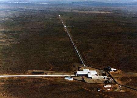 واحد من الأجهزة الثنائية لمشروع LIGO الممتد عبر الصحراء بالقرب من هانفورد - واشنطن، وتمتد كل ذراع على طول 4 كيلومترات، بشكلٍ متعامد فيما بينهما. تحوي زاوية التقاء الذراعين على أبنية الدعم والمخابر التي تملك المعدات الإلكترونية والبصرية المسؤولة عن إطلاق حزم الأشعة الليزرية جيئةً وذهاباً داخل الذراعين لتتداخل هذه الحزم مع الإشارات المتناهية في الصغر الناتجة عن الأمواج الثقالية. حقوق الصورة: LIGO.