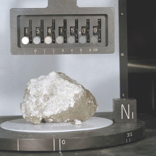 """واحدة من مئات الصخور التي جُمعت خلال بعثات أبولو، والتي لا تزال قيد البحث حتى يومنا هذا. هذه إحدى أشهر الصخور """"Genesis Rock"""" من رحلة أبولو 15. حقوق الصورة: ناسا"""