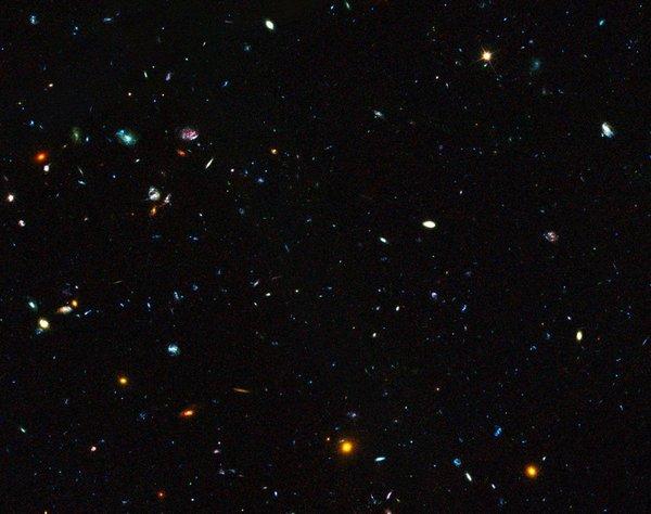 توضح هذا الصورة حقل ماسح GOODS الذي يحتوي على مجراتٍ قزمة بعيدة تعمل على تكوين النجوم بمعدلٍ هائل .حقوق الصورة: المرصد الاوروبي الجنوبي ESO