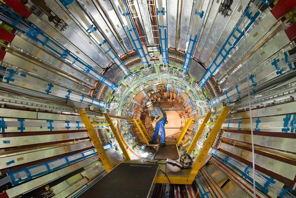 علماء يعملون داخل تجربة أطلس. حقوق الصورة: Claudia Marcelloni/CERN.