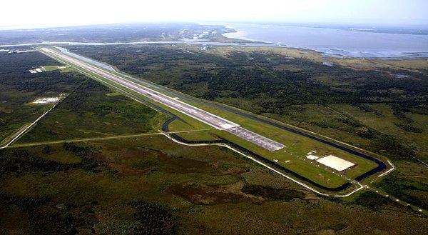 مدرج الهبوط في مركز كينيدي للفضاء كما يبدو من صورة جويّة مأخوذة من الزاوية الشمالية الشرقية. المصدر: https://spaceflightnow.com/2015/06/15/space-florida-to-take-over-kscs-shuttle-runway/