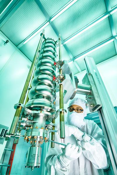 ستحصل حزم الإلكترونات على الطاقة من تجاويف النيوبيوم الشبيهة بتلك التي نراها في الصورة.  المصدر: Fermilab