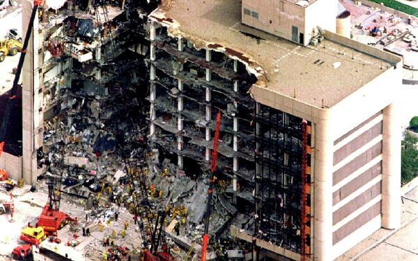 صورة جوية لمبنى ألفريد بي مورا الفيدرالي بعد هجوم مدينة أوكلاهوما الإرهابي في 27 إبريل/نيسان، 1995. استُخدمت نترات الأمونيوم لإحداث الانفجار.  حقوق الصورة: REUTERS/Win McNamee
