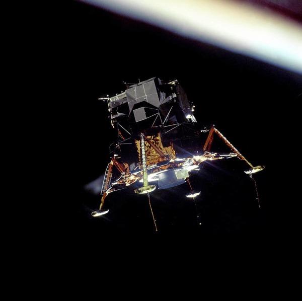 الوحدة القمرية بعد انفصالها عن وحدة القيادة والخدمة استعداداً للهبوط على القمر. حقوق الصورة: ناسا