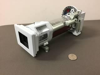 نموذج ثلاثي الأبعاد مطبوع بواسطة الكاميرا Mastcam-Z، وهي واحدةٌ من الكاميرات العلميّة على متن مركبة المريخ الجوالة 2020. ستتضمّن Mastcam-Z عدسة تكبير 3:1 حقوق الصورة: NASA/JPL-Caltech