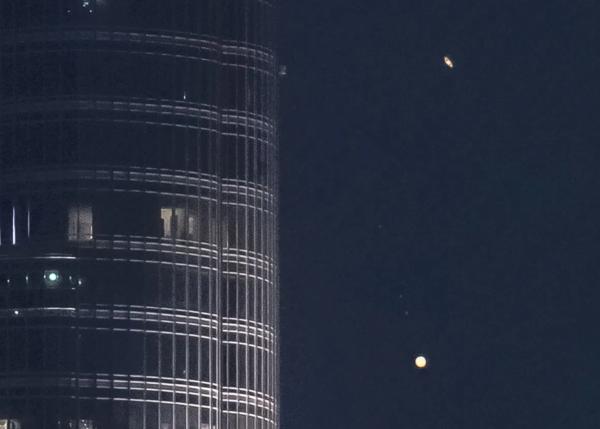 صورة للاقتران العظيم بين زحل والمشتري (مع أقماره) أثناء مرور الكوكبين بجانب برج خليفة. حقوق الصورة:  Florian Kriechbaumer