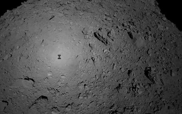 ظل مركبة هيابوسا2 على سطح كويكب ريوغو. حقوق الصورة: JAXA