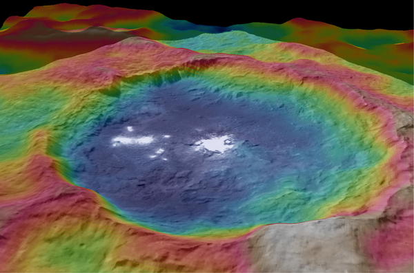 تم الحصول على هذا المشهد باستخدام عدة صور التقطتها مركبة داون الفضائية، وهو عبارة عن خريطة طبوغرافية ذات ترميز لوني تُظهر فوهة أوكاتور Occator على سطح سيريس.  المصدر: NASA/JPL-Caltech/UCLA/MPS/DLR/IDA