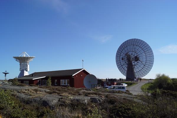 تلسكوب الـ 25 مترًا والتلسكوبان التوأم في أونسالا بينهما مبنى المعرض.