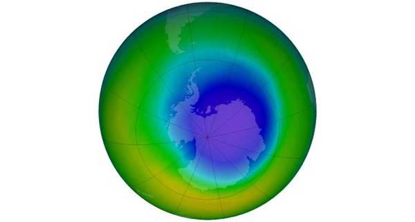 شكل توضيحي: تؤكد دراسة أجريت عام 2016 أن ثقب الأوزون فوق منطقة القطب المتجمد الجنوبي يتماثل للشفاء. يمثل اللونان الأزرق والبنفسجي المناطق ذات الكمية الأقل من الأوزون في هذا الشكل التمثيلي لمجمل الأوزون في شهر أيلول/سبتمبر لعام 2016.  الحقوق: NASA OZONE WATCH