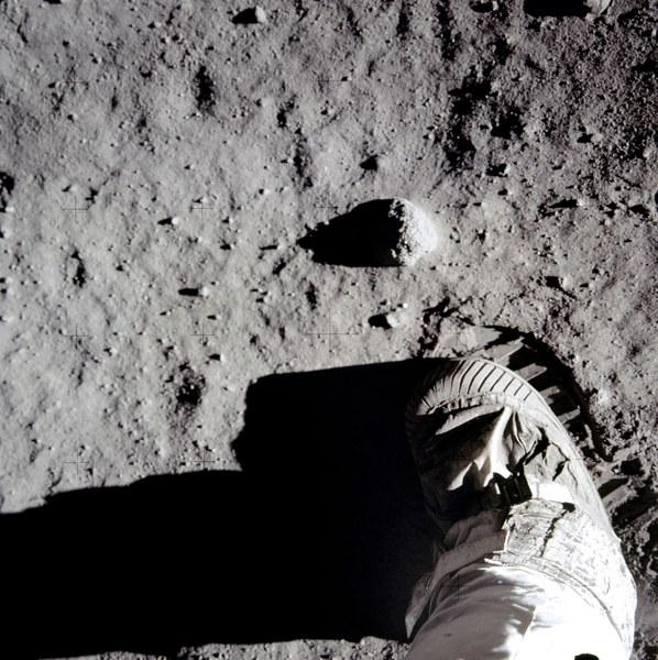 منظر عن قرب لحذاء قائد رحلة أبولو 11 نيل أرمسترونغ، وأثرُ حذائه على تربةِ القمر. تُبين الصورة بنية الثرى على سطح القمر، وقد يكون كلٌ من البازلت الطري، والتربة الناعمة مفيدين في بناء الهياكل على سطح القمر