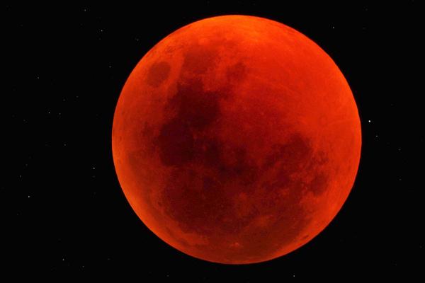 في هذه الصورة المذهلة التي التقطها الراصد جورج تاكر George Tucker في الخامس عشر من يونيو/ حزيران 2011، تحول القمر إلى الأحمر الدامي فوق نزل منتجع سوسوسفلي في محمية ناميبراند الطبيعية في ناميبيا.  المصدر: جورج تاكر George Tucker