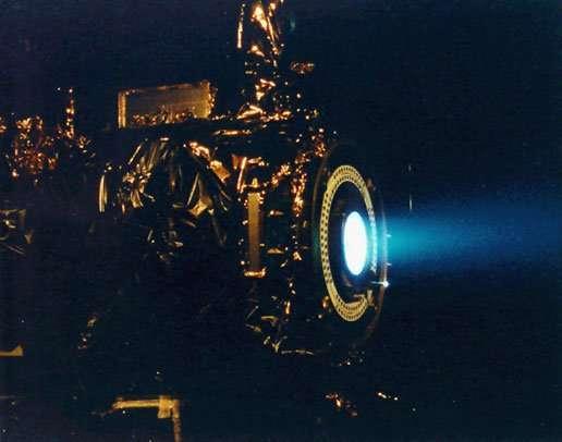 توضح هذه الصورة اختبار نظام الدفع الأيوني لمركبة Deep Space 1 . حقوق الصورة: NASA/JPL