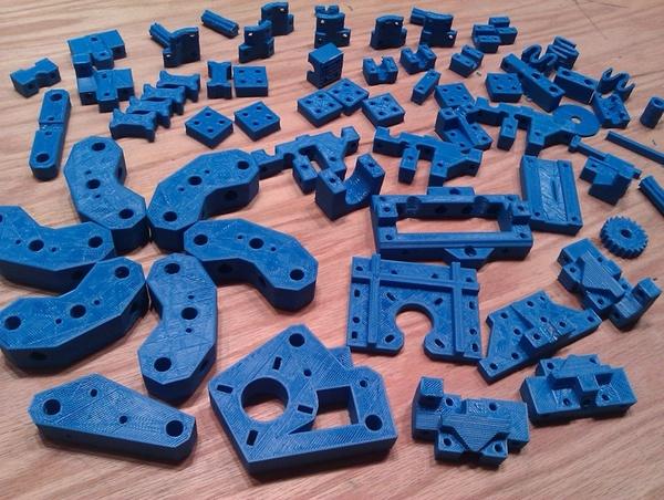 """أجزاء الطابعة """"ريب راب ميندل"""" المصنعة بواسطة الطابعة ثلاثية الأبعاد. المصدر: makerbot/Flickr"""