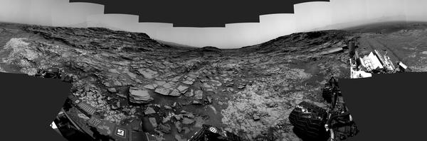 """يظهر هذا المنظر المجسم من الكاميرا الملاحية الخاصة بمسبار المريخ كريوسيتي صورة بانورامية بـ360 درجة حول الموقع الذي قضى فيه المسبار يومه المريخي الألف. هذا الموقع قريب من """"ممر مارياس"""". حقوق الصورة: NASA/JPL-Caltech."""