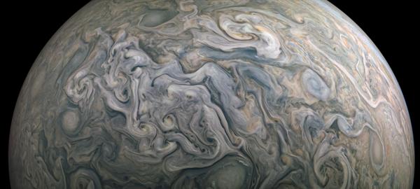 التقطت مركبة (جونو) الفضائية مشهدًا آخر لكوكب المشتري في 10 أبريل/نيسان 2020.  (حقوق الصورة: NASA/JPL-Caltech/SwRI/MSSS; image processing by Kevin M. Gill © CC BY)