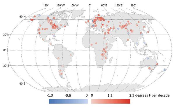 يمثل هذا الرسم البياني التغيرات العالمية في درجات حرارة البحيرات على مدار الربع قرن الماضي. تشير الظلال الحمراء إلى درجات الحرارة الدافئة، بينما تشير الظلال الزرقاء إلى درجات الحرارة الباردة. وقد وجدت الدراسة أن حرارة مياه بحيرات كوكب الأرض تزداد بمعدل يبلغ 0.61 فهرنهايت (0.34 درجة مئوية) لكل عقد، وهو ما يزيد على معدلات ارتفاع درجات حرارة المحيطات والغلاف الجوي.  المصدر: Illinois State University/USGS/California University of Pennsylvania