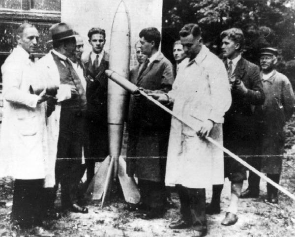 صورة للدكتور فان براون (الشخص الثاني من اليمين) برفقة مجموعة من علماء الصورايخ في ألمانيا في الثلاثينيات.  حقوق الصورة: NASA/MSFC