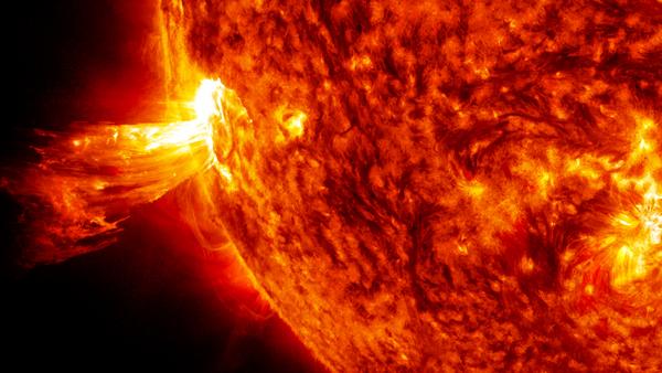 التقط مرصد المركبة الحيوية للطاقة الشمسية ل NASA، في 20 حزيران/يونيو 2013 هذا الانفجار الكتلي الإكليليCME ، حيث تستطيع هذه الظاهرة الشمسية إرسال مليارات الأطنان من الجسيمات في الفضاء، التي تصلُ إلى الأرض في غضون ثلاثة أيام. المصدر: ناسا