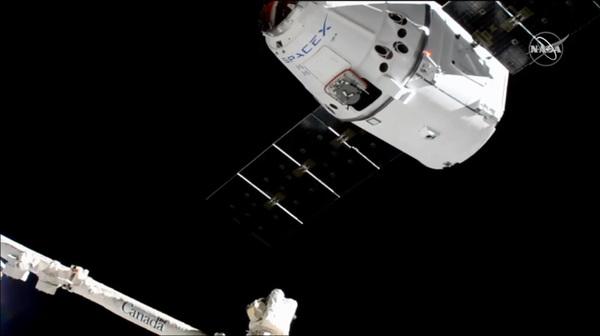 منظر لكبسولة الشحن دراغون CRS-18 وهي تقترب من محطة الفضاء الدولية في 27 يوليو/تموز، 2019. حقوق الصورة: NASA