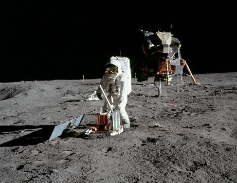 لا وجود لبقايا على سطح القمر؟