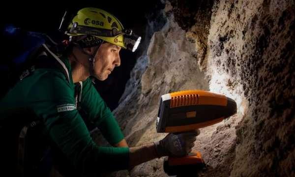 صورة لأحد روّاد الفضاء أثناء تفحّصه التّركيبَ المعدنيّ للصّخور باستخدام مطياف HaloSpec أثناء تدرّبهم في أنابيب الحمم البركانيّة في لانزاروت ضمن برنامج بانغايا 2016. حقوق الصورة: ESA/L. Ricci
