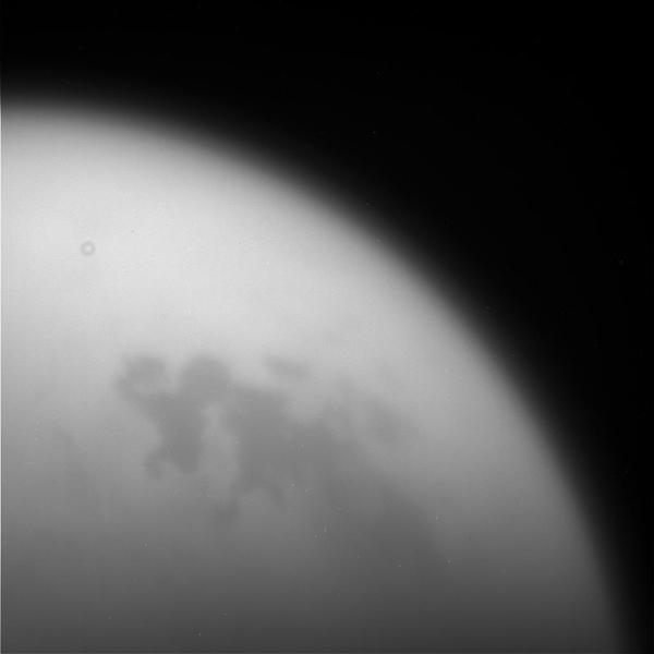 التقطت هذه الصورة غير المعالجة للقمر تيتان بواسطة كاسيني خلال التحليق النهائي البعيد بالقرب من تيتان في 11 أيلول/سبتمبر 2017. حقوق الصورة: NASA/JPL-Caltech/Space Science Institute.