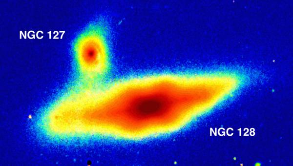 انتفاخ على شكل حبة الفول السوداني في مركز قرص مجرة NGC 128. حقوق الصورة: Sloan Digital Sky Survey / Aladin Sky Atlas / A.Graham, B.Ciambur, Swinburne University of Technology