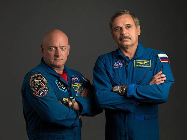 نرى في الصورة رائد الفضاء سكوت كيلي Scott Kelly (إلى اليسار) التابع لوكالة ناسا، ورائد الفضاء الروسي ميخائيل كورنينكو Mikhail Kornienko (إلى اليمين). الرائدان ذهبا في رحلة طويلة إلى الفضاء لمدة سنة واحدة، وهي تعتبر أكثر بمرتين من الرحلات النموذجية التي تجريها الوكالة.