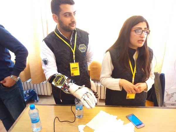 لورين محمود ومحمد ريحان فصمموا قفازاً لتحويل لغة الإشارة إلى كلام