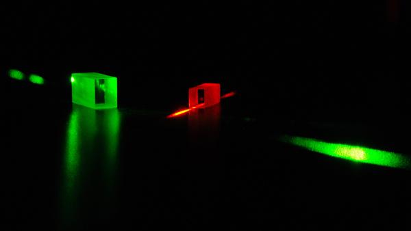 تُظهر هذه الصورة بلورات مستخدمة لتخزين الفوتونات المتشابكة، التي تتصرف كأنها جزء من الكل نفسه. استخدم العلماء بلورات كهذه في تجارب الانتقال الآني الكمي.   حقوق الصورة: Félix Bussières/University of Geneva