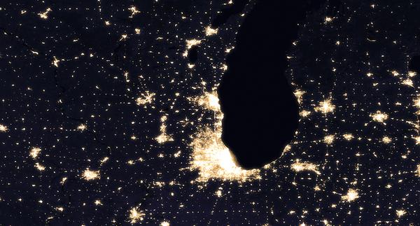 الفرق الذي يسهل تمييزه في هذه الصور المركبة ليلًا لمدينة شيكاغو والمناطق المحيطة بها في عام 2012 (يسار) و2016 (يمين) هو الإضاءة على طول قسم موسع مؤخرًا من الطريق السريع 90. هذا الجزء من الطريق السريع، طريق جين أدامز التذكاري، يربط شيكاغو مع روكفورد وإلينوي، إلى الشمال الغربي. حقوق الصورة: NASA Earth Observatory images by Joshua Stevens, using Suomi NPP VIIRS data from Miguel Román, NASA's Goddard Space Flight Center