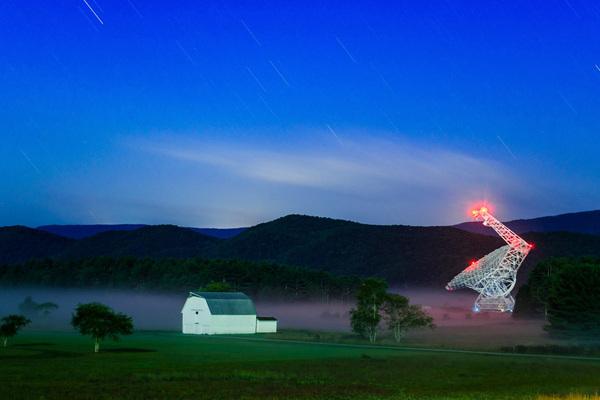يقع تلسكوب جرين بانك في ولاية فرجينيا الغربية داخل منطقة السكون الراديوي National Radio Quiet Zone، والذي يحظر استخدام أجهزة معينة حتى لا تتداخل مع إشارات الراديو القادمة من الفضاء. (حقوق الصورة: Brett McGuire)