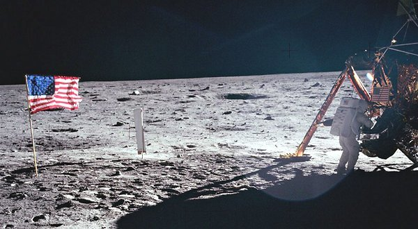 صورة باز ألدرن Buzz Aldrin البانورامية من موقع هبوط بعثة أبولو 11، كانت أفضل صورة لقائد المهمة نيل آرمسترونغ على سطح القمر. حقوق الصورة: NASA