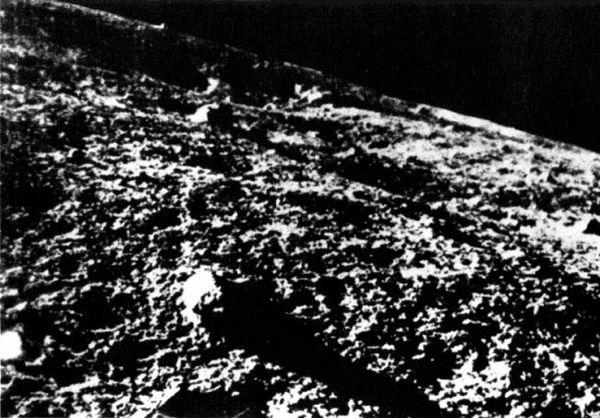 لونا 9 - أول مركبة تنجح في الهبوط على سطح القمر، و التي أطلقها الاتحاد السوفييتي في عام 1966 - التقطت هذه الصورة لسطح القمر. (حقوق الصورة: مركز ناسا الوطني لبيانات علوم الفضاء).