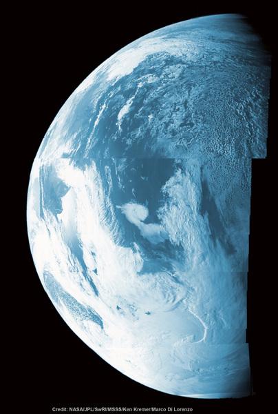 صورة من مرور المركبة جونو قرب الأرض عام 2013 للاستفادة من جاذبيتها لزيادة سرعتها. قارن صورة الأرض التي التقطتها مارينر 10 عام 1973 لمشاهدة أثر تقدم تكنولوجيا الفضاء. هذه الصورة ذات الألوان المزيفة تظهر أكثر من نصف قرص الأرض فوق سواحل الأرجنتين وجنوب المحيط الهادئ بينما كانت جونو تعبر قرب الأرض لزيادة سرعتها يوم التاسع من تشرين الأول/أكتوبر عام 2013. تم تجميع هذه الصورة الفسيفسائية من صور خام صورتها كاميرا Junocam الخاصة بجونو.  المصدر:NASA/JPL/SwRI/MSSS/Ken Kremer/Marco Di Lorenzo