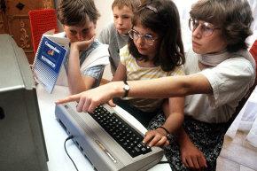 لم ينتشر Commodore 64 في أوروبا أو آسيا كما حدث في الولايات المتحدة، لكنه يظل الجهاز الذي وصل إلى الكثير من المستخدمين. هنا يجرب الأطفال الألمان نموذجًا في عام 1985.حقوق الصورة: KARL STAEDELE/DPA/CORBIS